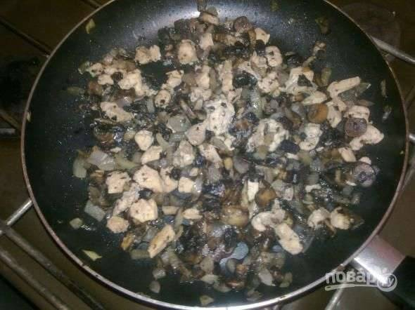 Очистите и нарежьте кубиками лук. Грибы почистите и вымойте. Затем нарежьте их пластинками или кубиками. Выложите в разогретую с растительным маслом сковородку грибы и лук. Добавьте мелко нарезанную куриную грудку, посолите и поперчите, тушите минут десять.