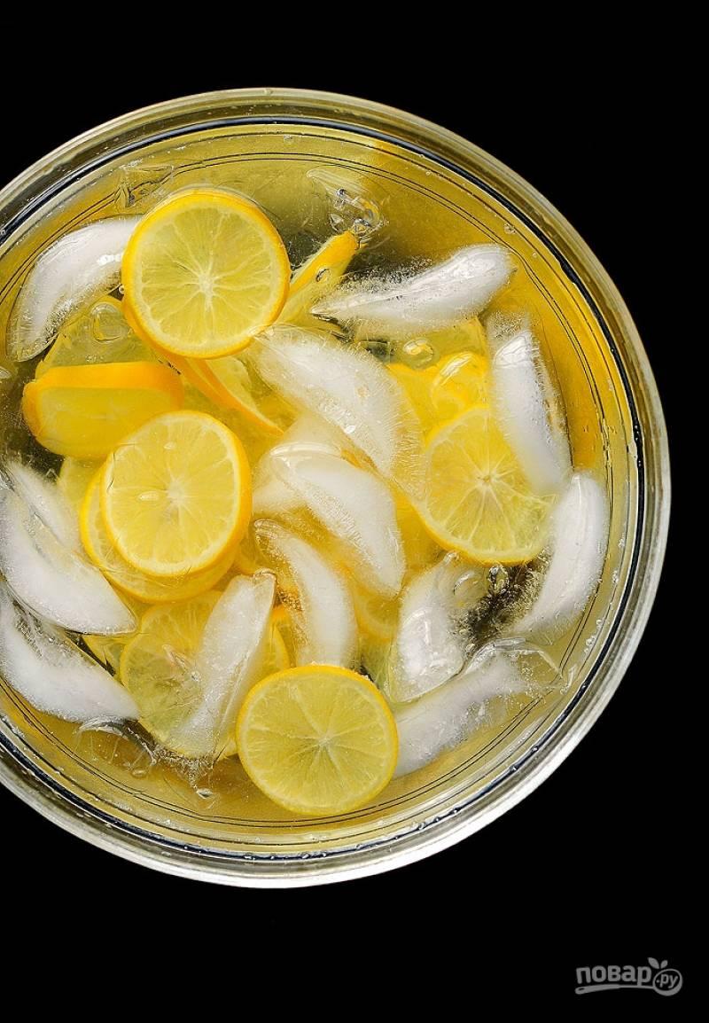 Достаньте лимоны, и охладите их в холодной воде со льдом.