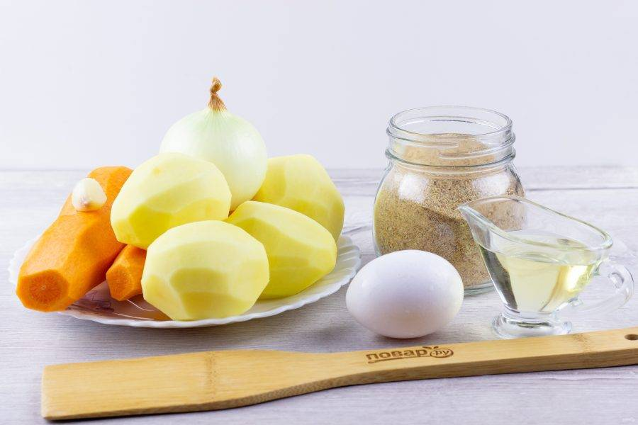 Подготовьте все необходимые ингредиенты. Овощи очистите и помойте.