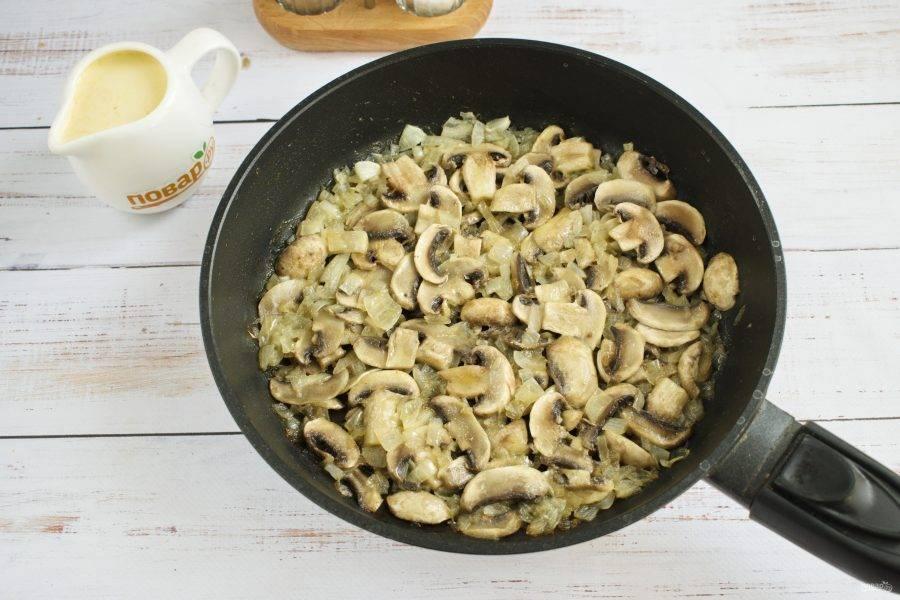 3.     Добавьте грибы и обжаривайте дальше. Посолите и поперчите.