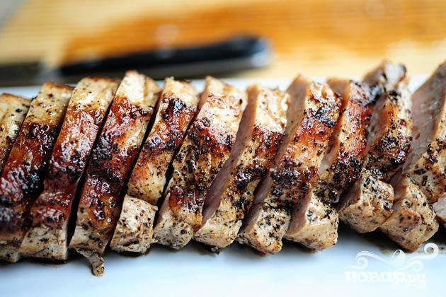 4. Нарезать свиную вырезку. Полить клюквенным соусом сверху. Подавать с картофельным пюре