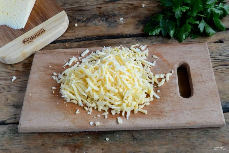 Твердый сыр натрите на крупной терке (по желанию можно также натереть его на мелкой терке).