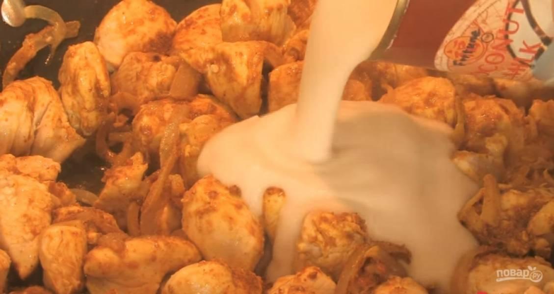 3.Затем выдавите несколько зубчиков чеснока, добавьте карри и банку кокосового молока.