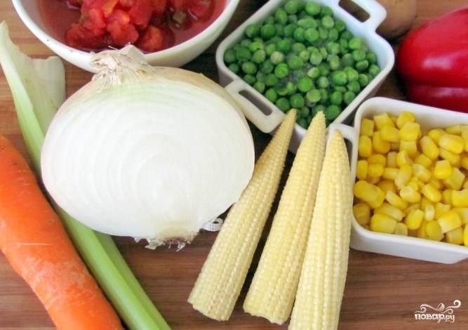 Все ингредиенты заранее подготовьте. Горошек разморозьте. Если есть свежий, то лучше использовать его. Вместо зерен кукурузы можно взять небольшие початки. Также используйте стручковую фасоль, если такая есть под рукой.