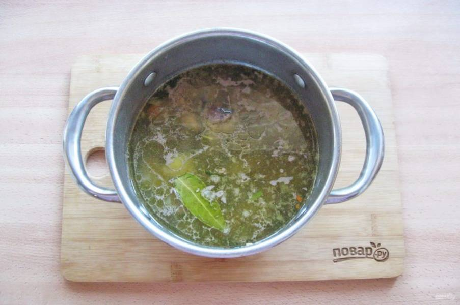 После выложите в кастрюлю с супом. Суп посолите, поперчите, добавьте лавровый лист.