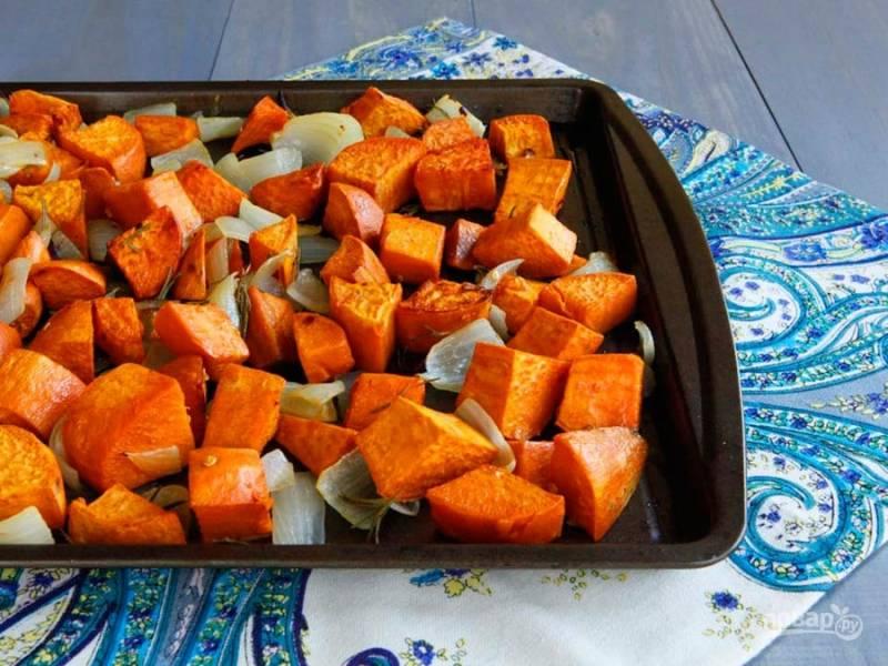 3. Запекайте гарнир 20 минут при 230 градусах в духовке. Потом овощи перемешайте и отправьте их запекаться ещё на 15 минут. Всё готово! Приятного аппетита!
