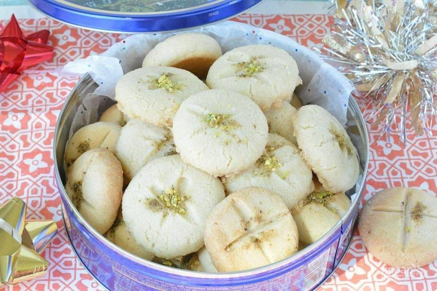 13.Посыпьте печенье мелко нарезанными фисташками и наслаждайтесь.