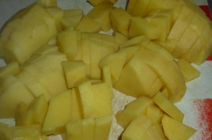 Нарезаем кубиками картофель.