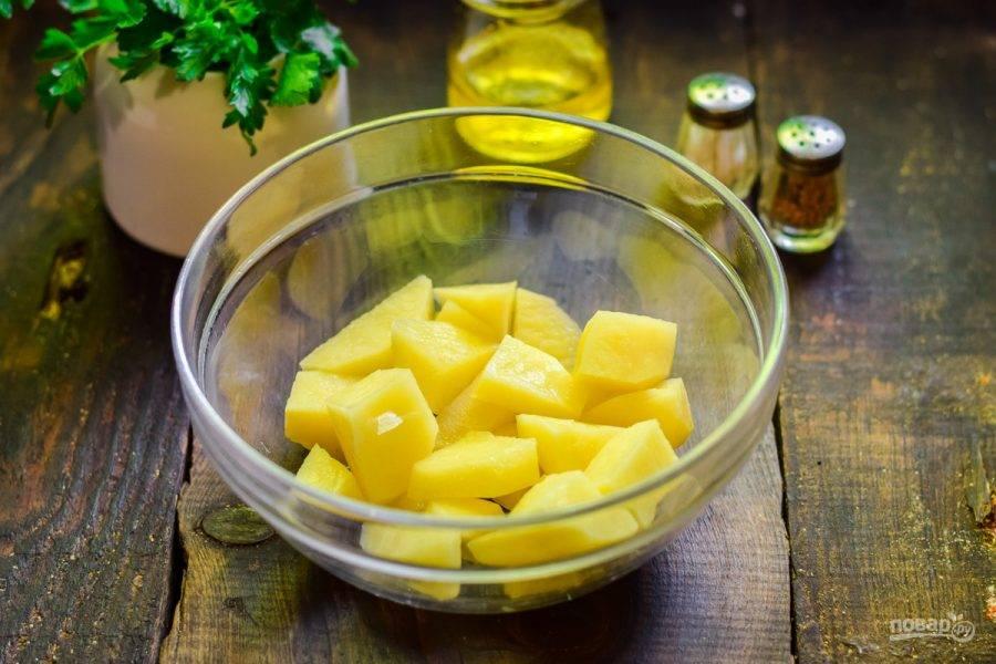Очистите картофель, вымойте и нарежьте крупными брусками.