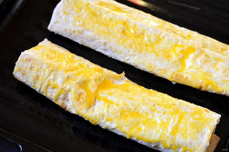 Смажьте взбитым яйцом и отправьте запекаться в духовку разогретую до 200 градусов.