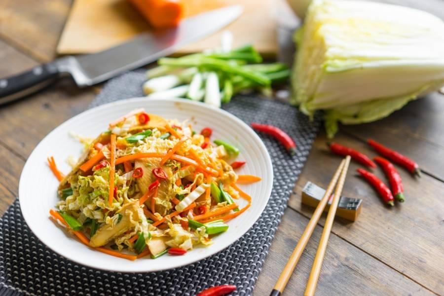 5. А теперь просто поливаем сверху нашим восточным соусом, охлаждаем пару минут в холодильнике - и салат можно подавать!
