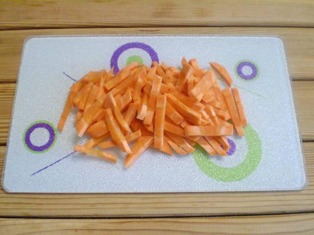 3. Морковь нарежьте соломкой.