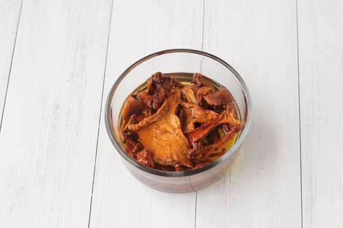 2. Залить грибы теплой водой и оставить минут на 5-7.