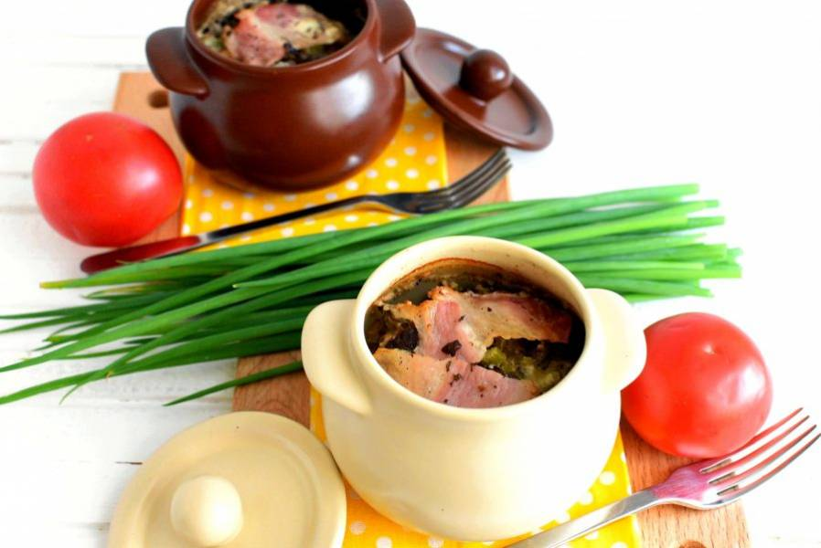 Подавайте жаркое горячим с помидорами и свежей зеленью.