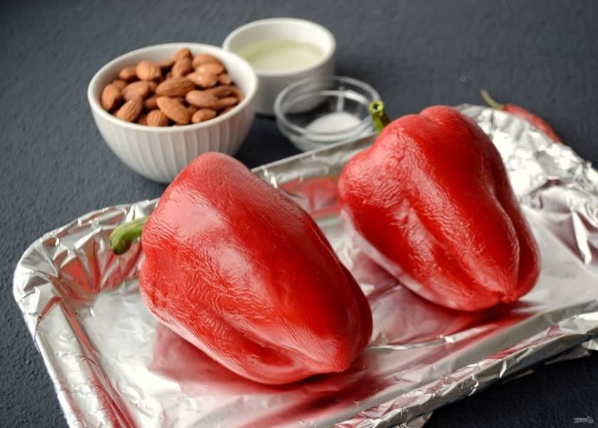 Застелите форму для выпечки фольгой и отправьте запекаться перцы на 30 минут при температуре 220 градусов. Во время запекания перцы лучше несколько раз перевернуть.