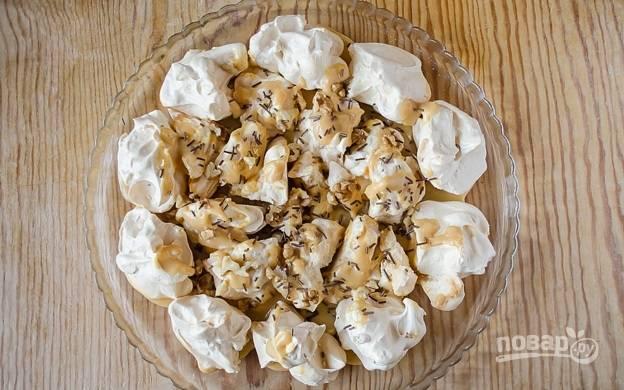 9. Присыпайте безе орешками и шоколадными кусочками и выкладывайте их на блюдо в произвольном порядке.