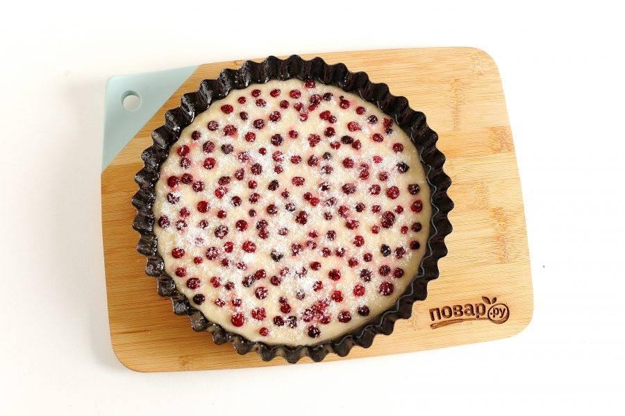 Сверху разложите ягоды, немного вдавливая их в тесто. Посыпьте ягоды сверху сахаром (количество зависит от их сладости).