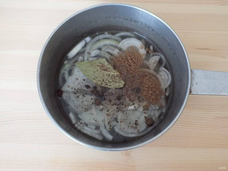 Приготовьте маринад: в 500 мл. воды добавьте специи, соль, нарезанный полукольцами лук и пластинками чеснок. Прокипятите в течение 7 минут.