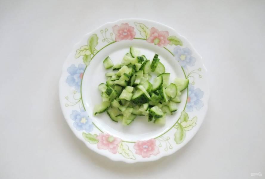 Приступите в приготовлению салата. Огурец помойте и нарежьте.
