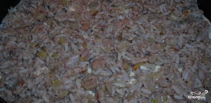 5. Отварите рис, смешайте его с консервой и луком. Добавьте немного майонеза при желании, так вы сделаете начинку более сочной и пикантной.