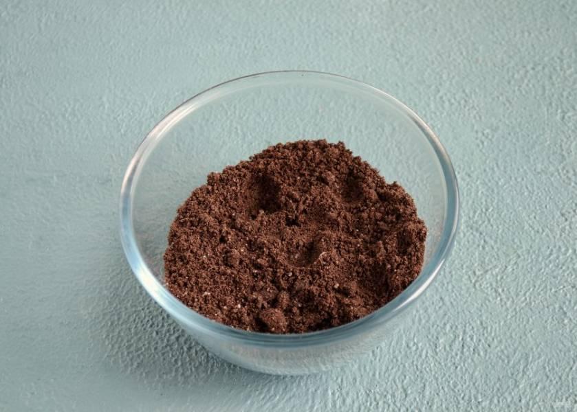 В блендере измельчите печенье в крошку. Добавьте кокосовое масло и хорошо перемешайте.