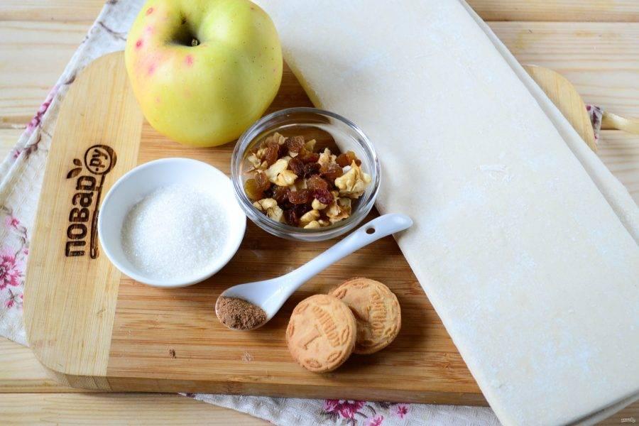 Подготовьте все необходимые ингредиенты. Тесто заранее выньте из холодильника, чтобы оно успело слегка разморозиться. Яблоки лучше использовать зеленого цвета, слегка кисловатые, такие яблоки лучше всего подходят в качестве начинки.