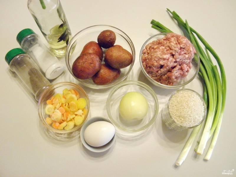 Подготовьте продукты для супа. Количество воды можно варьироваться в зависимости от желаемой густоты супа. Доведите воду до кипения, не забудьте её посолить.