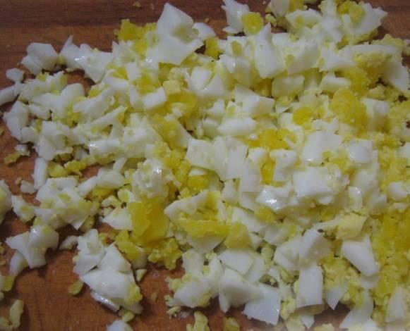 Измельчите яйца любым удобным для вас способом.
