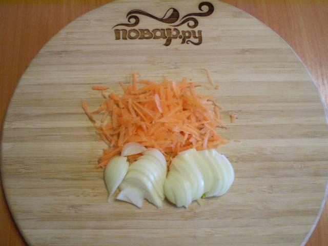 7. Морковь трем на терке, лук режем полукольцами.