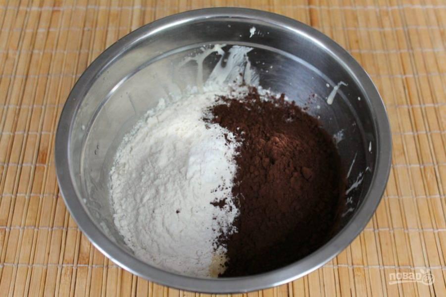 Далее насыпаем какао, часть муки и разрыхлитель для теста.