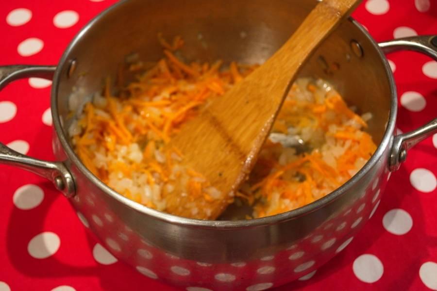 Добавьте морковь. Тушите все вместе. Белые грибы промыть. Залить горячей водой и дать постоять 5-7 минут.  У меня не было времени выстаивать грибы. Помыла их. Поместила в кастрюльку с водой и просто проварила 10 минут.