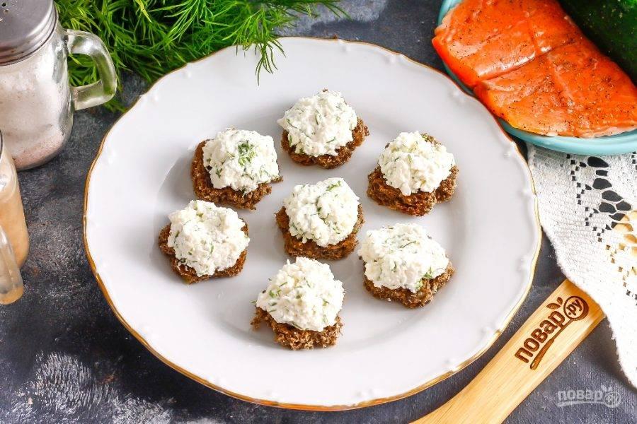 Обмажьте творожным сыром каждый кусочек, выкладывая его с горкой.