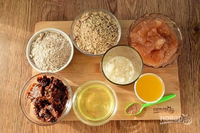Яблоки очистите и взбейте мякоть до однородности. Добавьте мед и проварите 1-2 минуты. Орехи измельчите до крошки средних размеров.  Отруби измельчите в блендере. Желатин замочите в 75 мл воды. Чернослив измельчите.