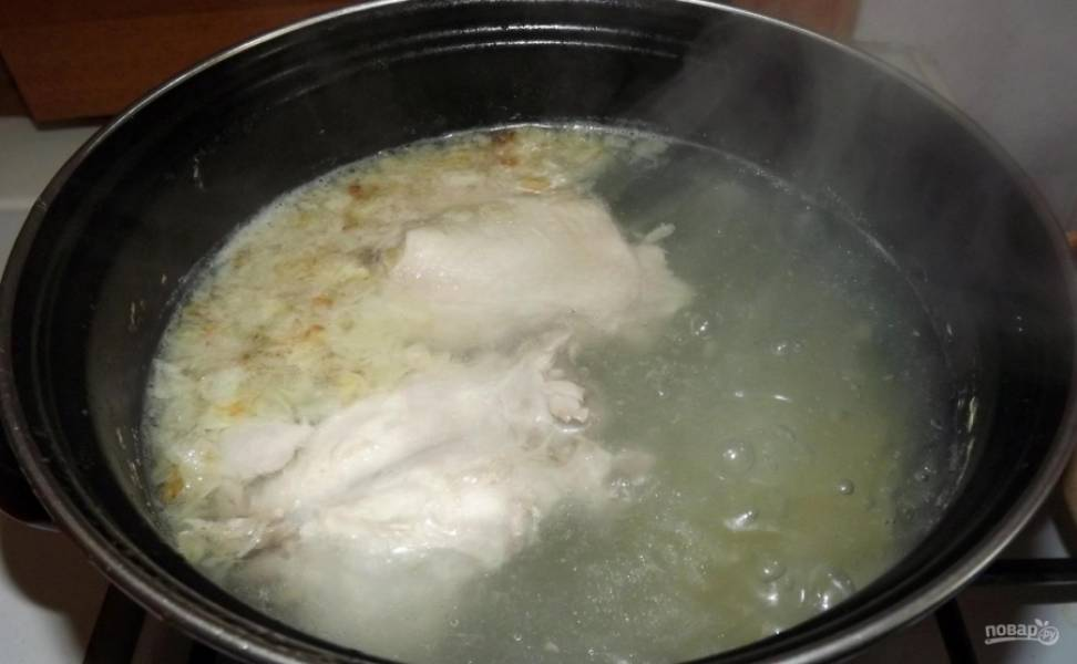 4.Снимаю пенку с куриного бульона, а через 20 минут после начала варки отправляю подготовленный картофель, варю минут 10.