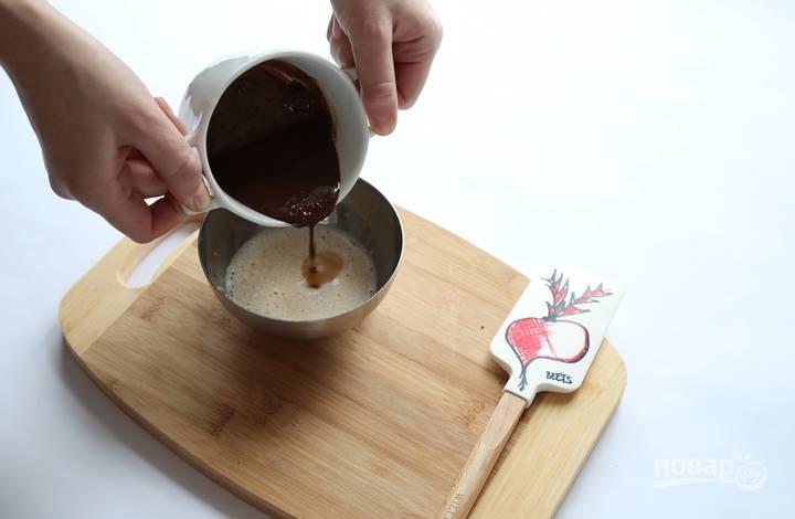 2.В отдельной миске взбиваю яйцо с сахаром, а затем вливаю немного остывший шоколад, добавляю Амаретто, соль на кончике ножа и перемешиваю.