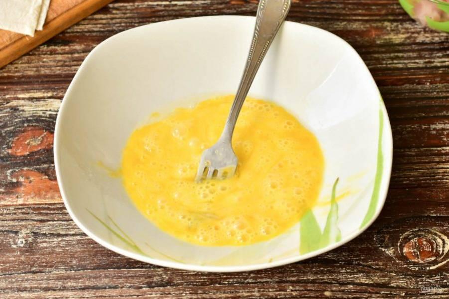 В миску вбейте яйцо, взболтайте его вилкой.