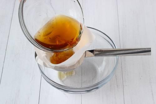 3. Затем достать грибы, а полученную жидкость процедить через марлю - она еще пригодится.