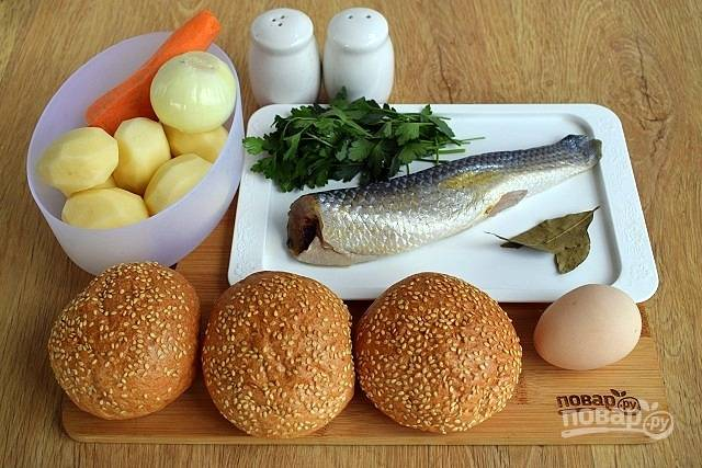 Подготовьте необходимые ингредиенты. Филе рыбы очистите от чешуи, промойте под прохладной водой. Овощи очистите, помойте.