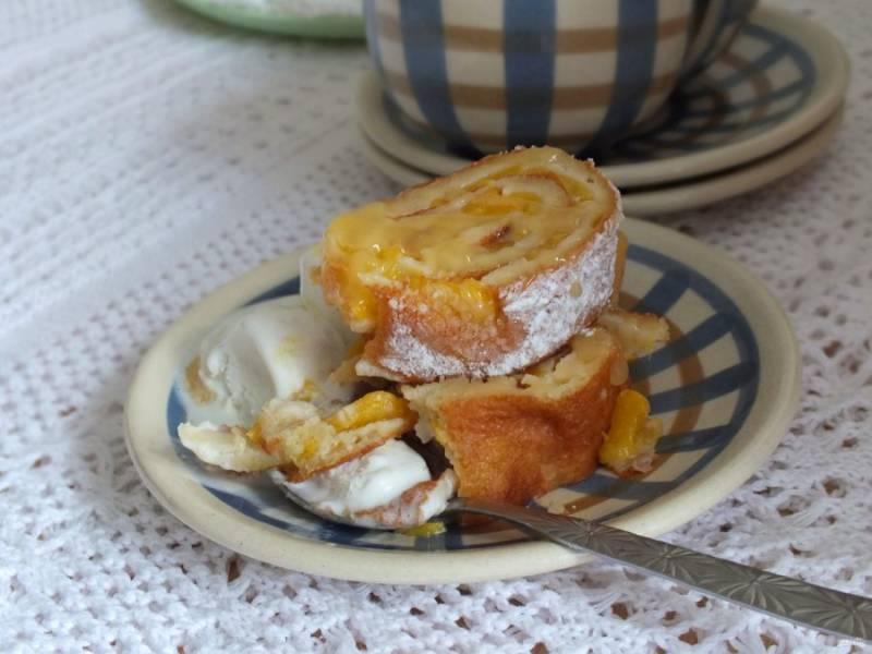 Рулет с персиками желательно подать с мороженым и полить карамелью. Приятного аппетита!