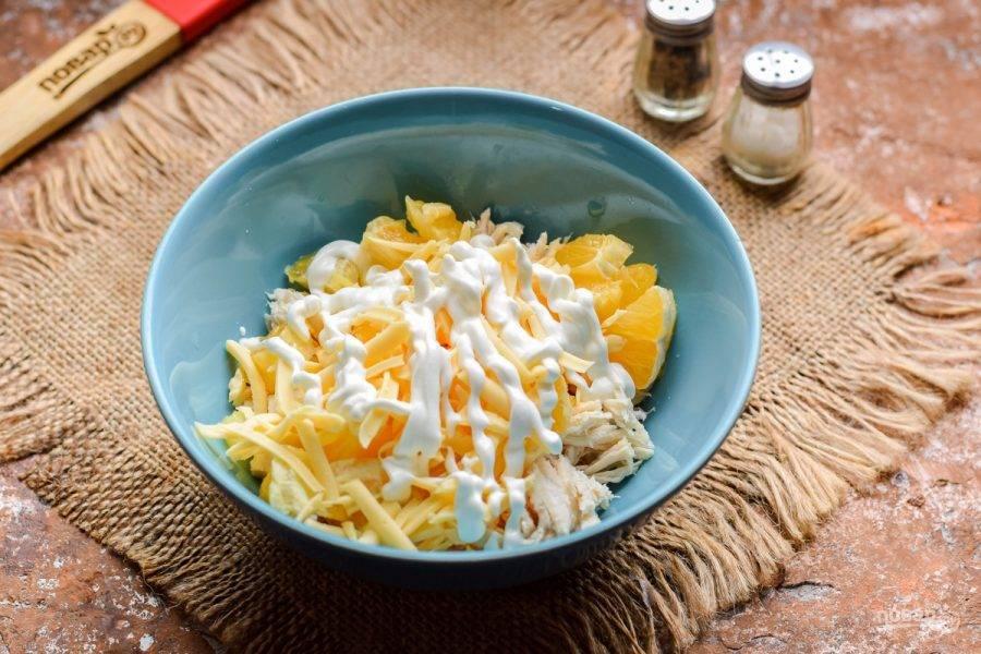 Заправьте ингредиенты майонезом, добавьте соль и перец по вкусу. Перемешайте все.