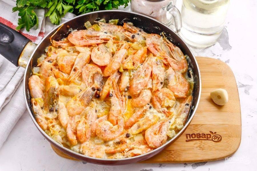 Спустя указанное время нагрев выключите, оставьте креветки в соусе примерно на 5-8 минут для остывания. Остывая, они впитают часть соуса в себя, станут более ароматными и сочными.