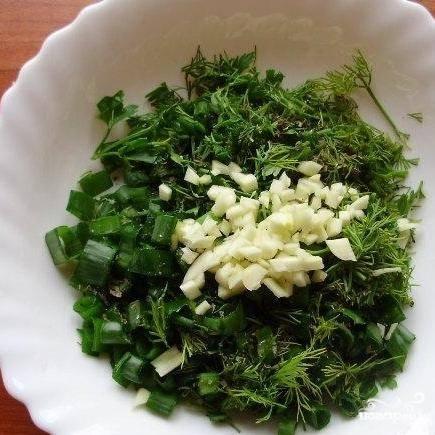 Зелень мелко нарубить, добавить к ней раздавленный чеснок.