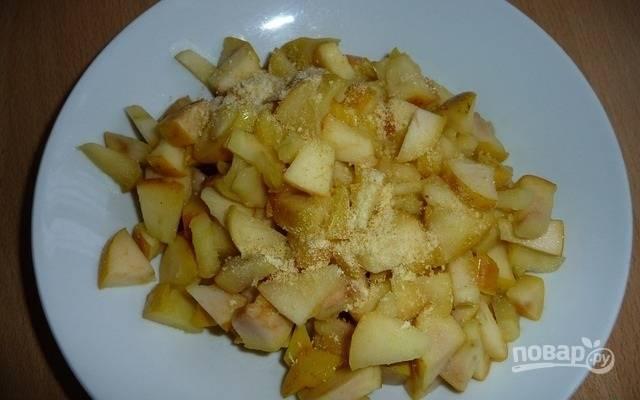 9.Припущенные яблоки перекладываю на тарелку, добавляю лимонную цедру и перемешиваю.