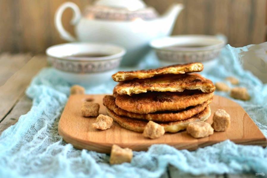 Подавайте лепешки горячими с свежему горячему чаю.