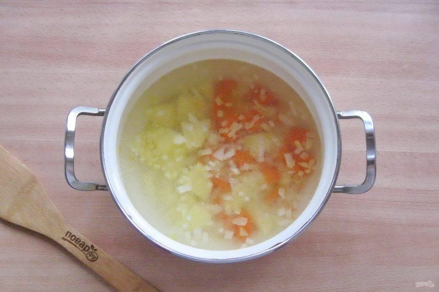 Добавьте лук с морковью в кастрюлю.