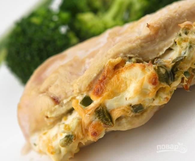 5.Поместите филе в форму для выпечки и отправьте в разогретый до 160-170 градусов духовой шкаф на 35 минут. Достаньте филе и удалите зубочистки, подавайте блюдо к столу.