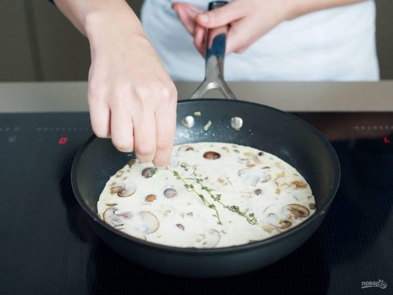Далее влейте в бульон сливки. Доведите жидкость до кипения. Потом в неё добавьте тимьян, перец и соль. Прокипятите соус 2-4 минуты, помешивая.