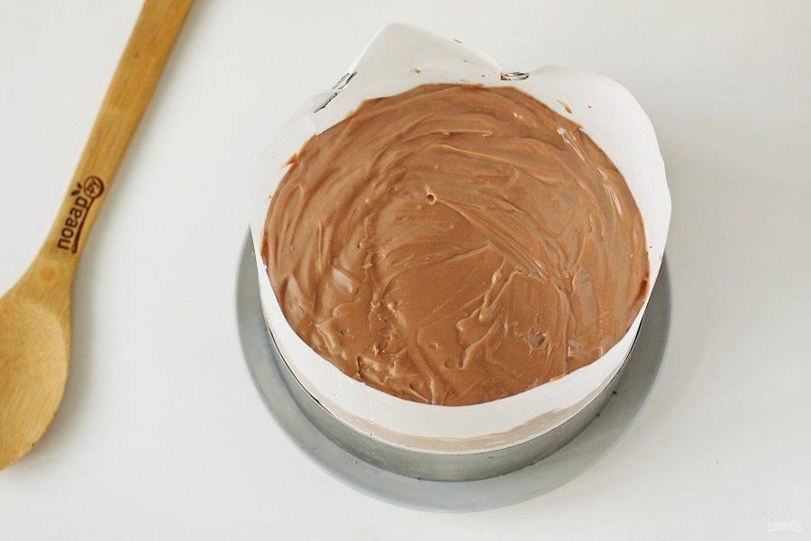 Затем на крем выложите второй корж, пропитайте его оставшейся пропиткой и покройте второй половиной крема. Накройте все пищевой пленкой и уберите в холодильник пропитаться и окрепнуть минимум 5-6 часов. Можно убрать на ночь.