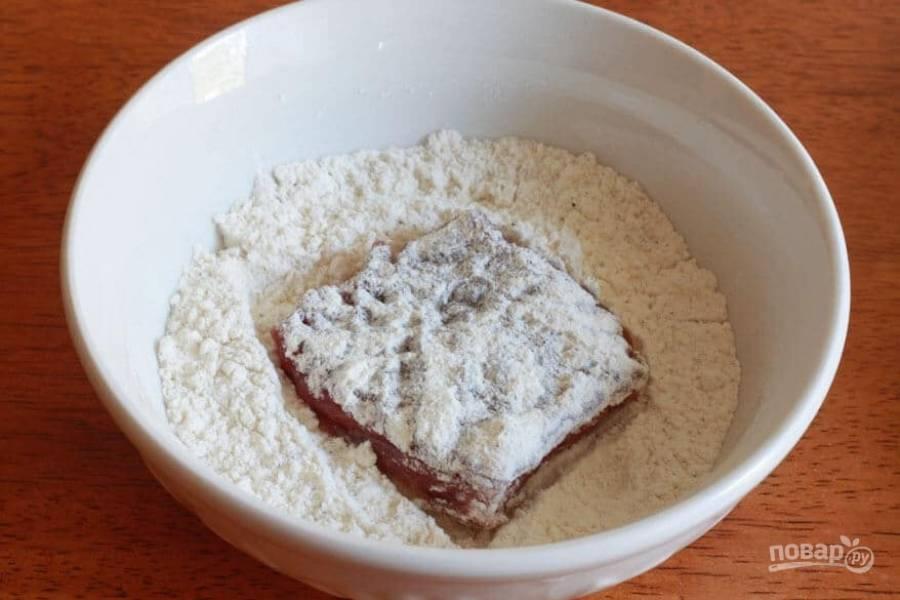 2.Вымойте мясо, нарежьте его кусочками среднего размера. Каждый кусочек обваляйте в муке с двух сторон.