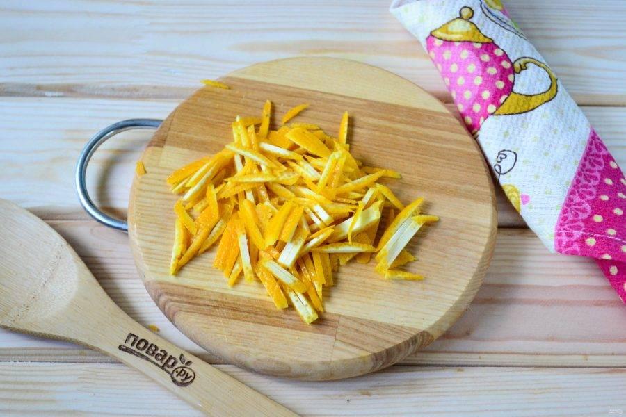 Порежьте апельсиновую цедру мелкой соломкой.